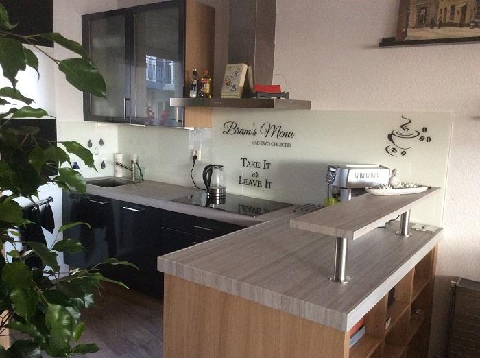Keuken donkergrijs beton in je keuken prachtige voorbeelden ik woon fijn greeploze keuken wit - Meubilair zwarte keuken lak ...